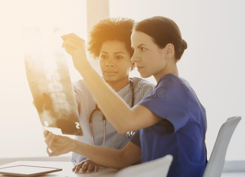 Doktoren mit Röntgenstrahlbild des Dorns am Krankenhaus stockfotos