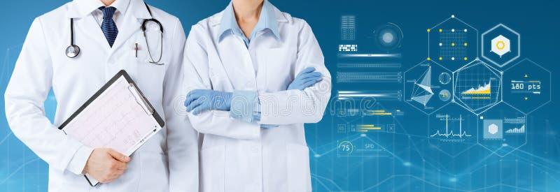 Doktoren mit Stethoskop und Klemmbrett über Diagrammen stockfotos