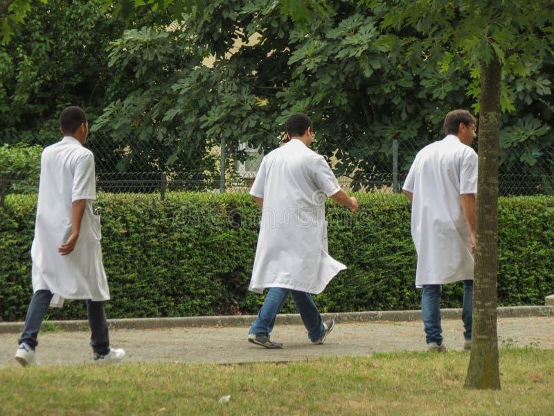 Doktoren oder Krankenschwestern außerhalb des Krankenhauses in Toulouse stockfotos