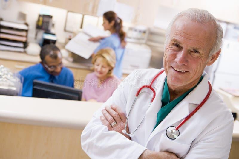 Doktoren und Krankenschwestern an der Aufnahme lizenzfreie stockbilder