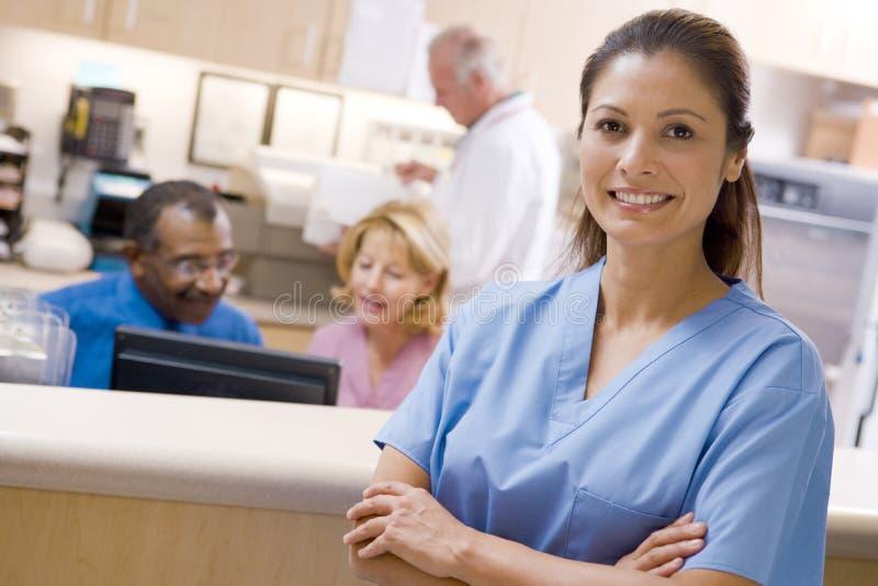 Doktoren und Krankenschwestern an der Aufnahme stockfoto