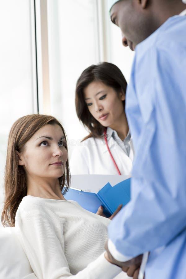 Doktoren und Patient lizenzfreie stockbilder