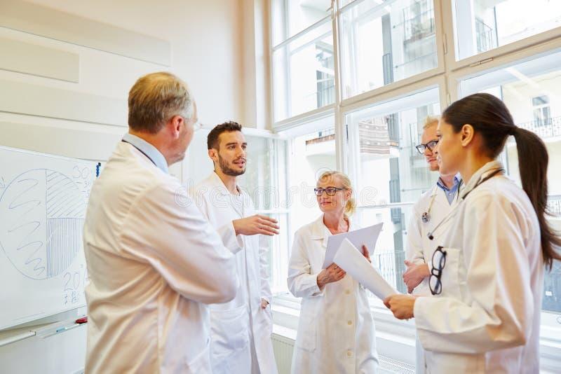 Doktoren während des medizinischen Trainings lizenzfreie stockfotografie
