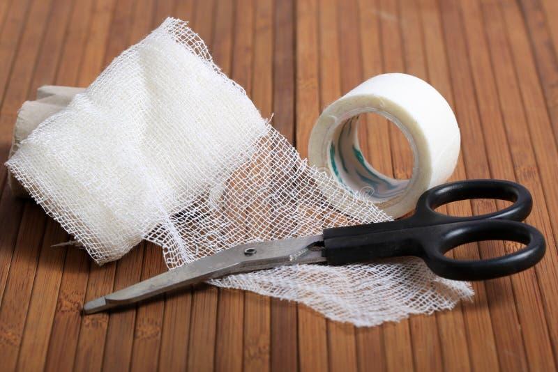 Doktorer förbinder och tejpar rulle royaltyfri bild