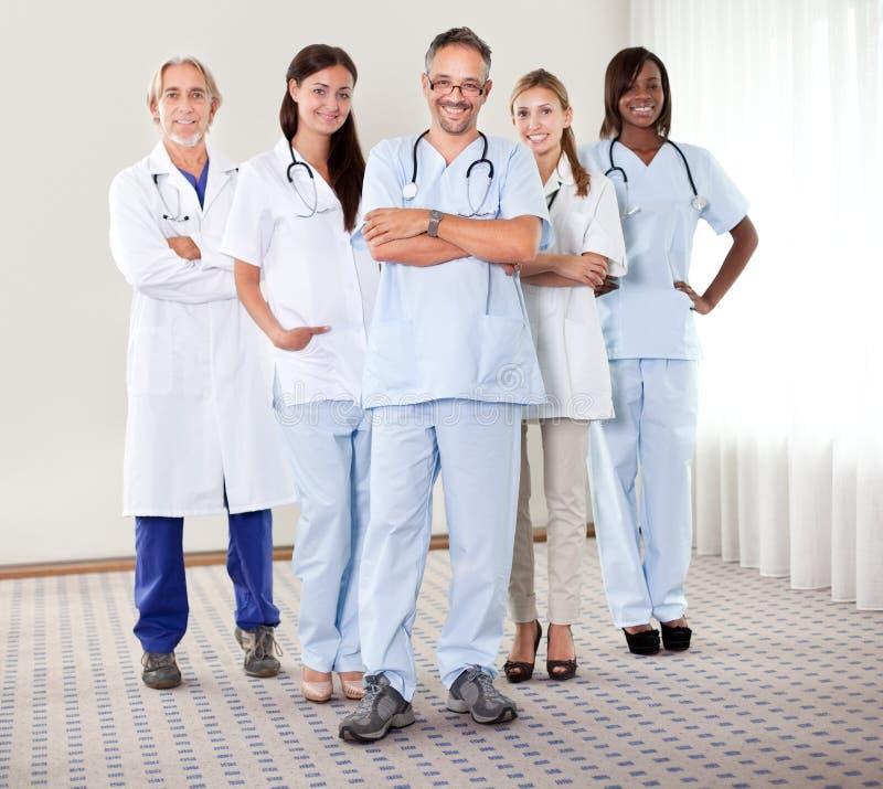 doktorer grupperar den lyckade lyckliga ståenden arkivfoto