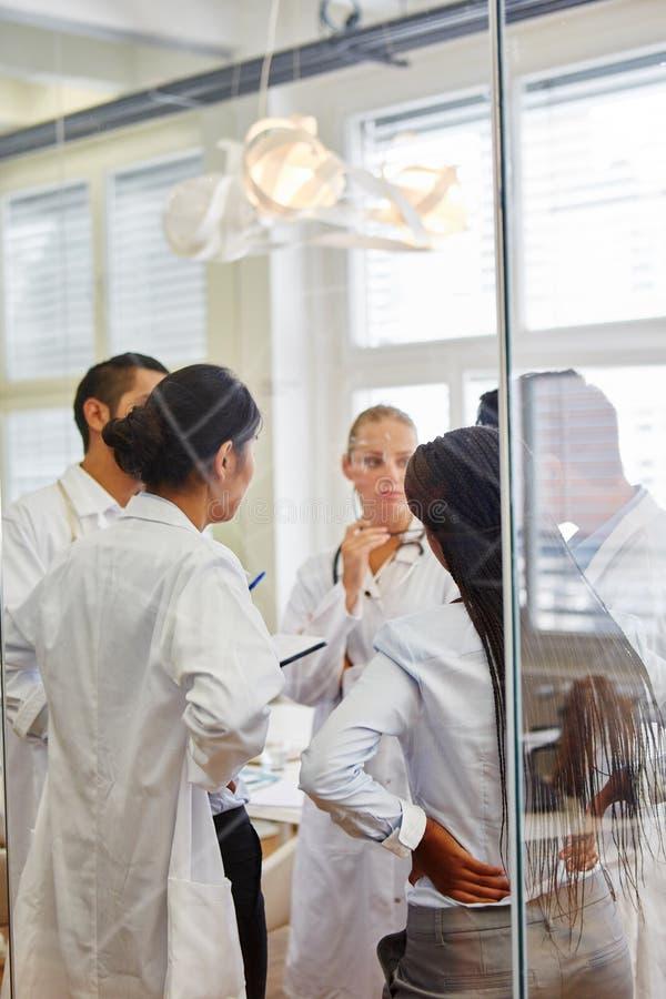 Doktorer i medicinsk lärlingskap fotografering för bildbyråer