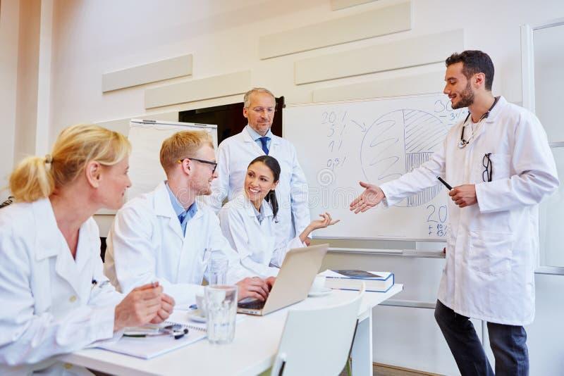 Doktorer i medicinskt utbildningsseminarium royaltyfri fotografi