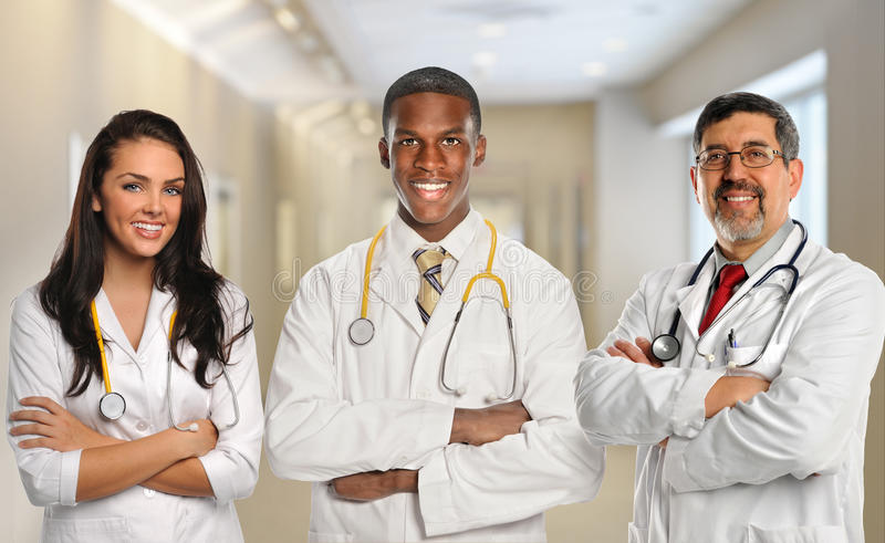 Doktorer i sjukhusbyggnad royaltyfri fotografi