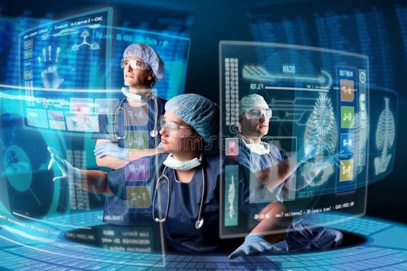 Doktorer med skärmar arkivfoto