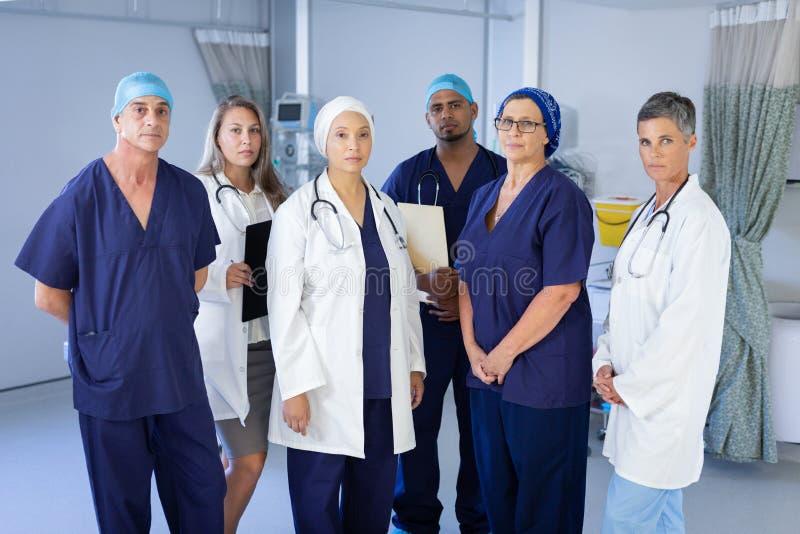 Doktorer och kirurger som står i en klinik royaltyfria foton