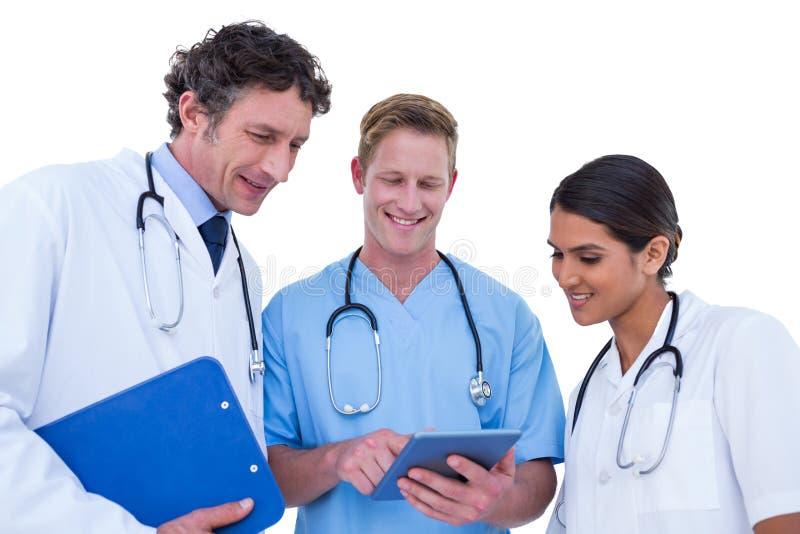 Doktorer och sjuksköterskor som använder bärbara datorn arkivbilder