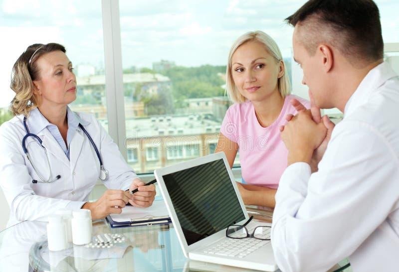 Doktorer och tålmodig arkivfoton