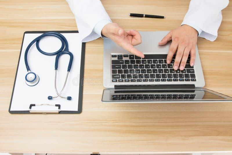 Doktorer på arbete arkivfoton