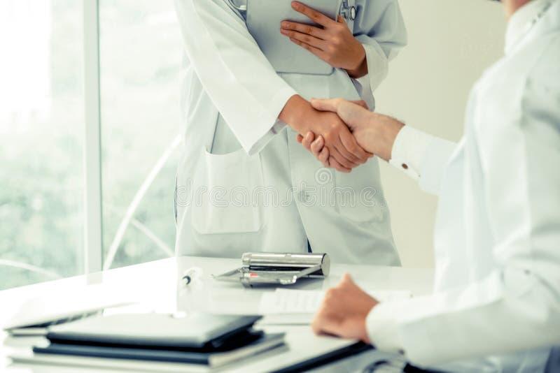 Doktorer på sjukhuset som arbetar med partnern Sjukvård och medicinsk service arkivfoto
