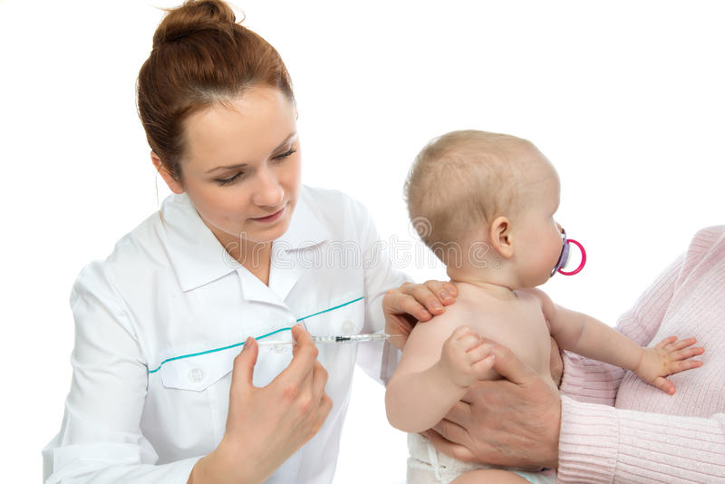 Doktorer räcker med injektionssprutan som vaccinerar barnet, behandla som ett barn influensainjektion s royaltyfria foton