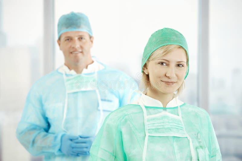 doktorer skurar två fotografering för bildbyråer