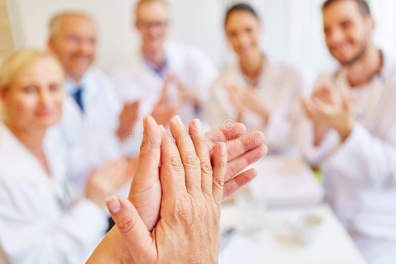 Doktorer som applåderar händer royaltyfria foton