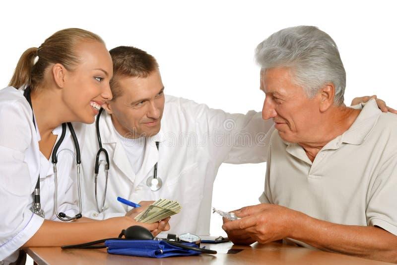 doktorer som arbetar med patienten arkivfoto