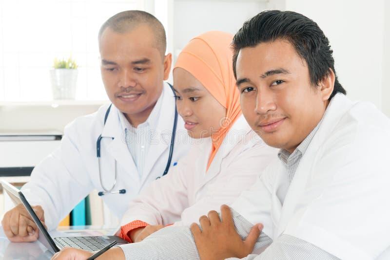 Doktorer som diskuterar på sjukhuskontoret fotografering för bildbyråer