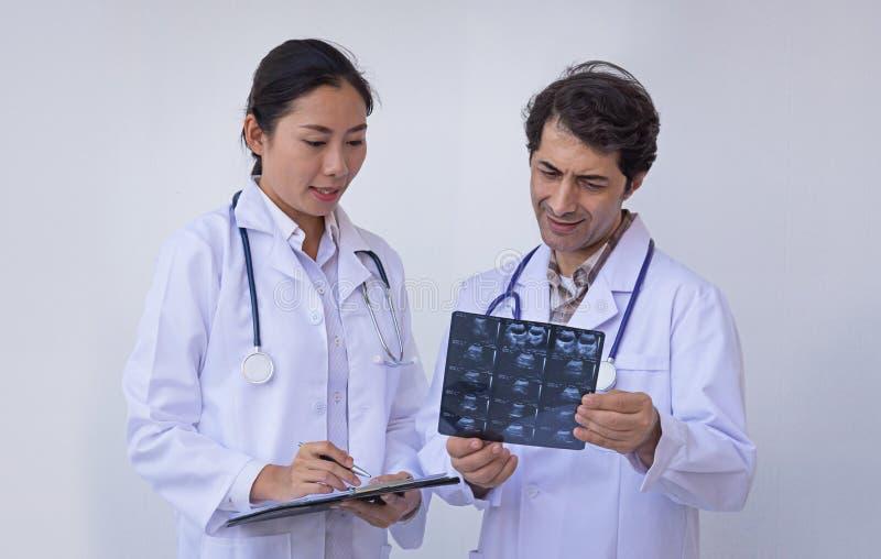 Doktorer som rymmer en skrivplatta med receptet arkivbild