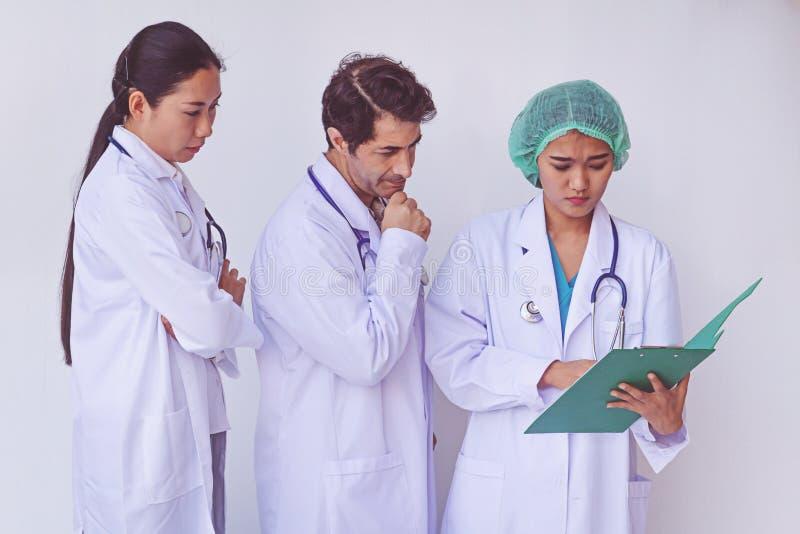 Doktorer som rymmer en skrivplatta med receptet arkivbilder