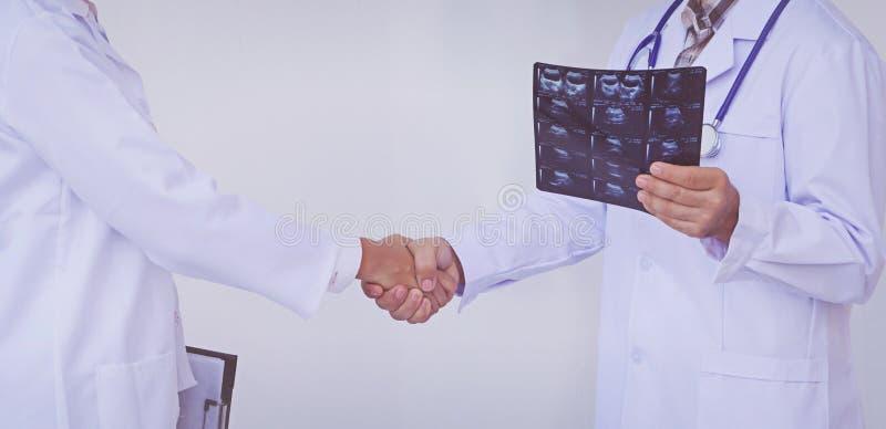 Doktorer som rymmer en skrivplatta med receptet, begreppsteamwork royaltyfria bilder