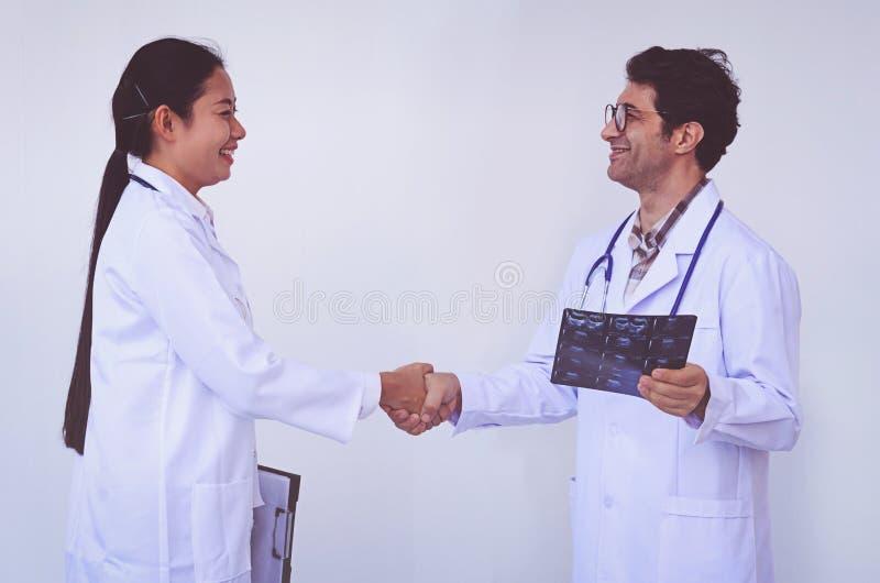Doktorer som rymmer en skrivplatta med receptet, begreppsteamwork fotografering för bildbyråer
