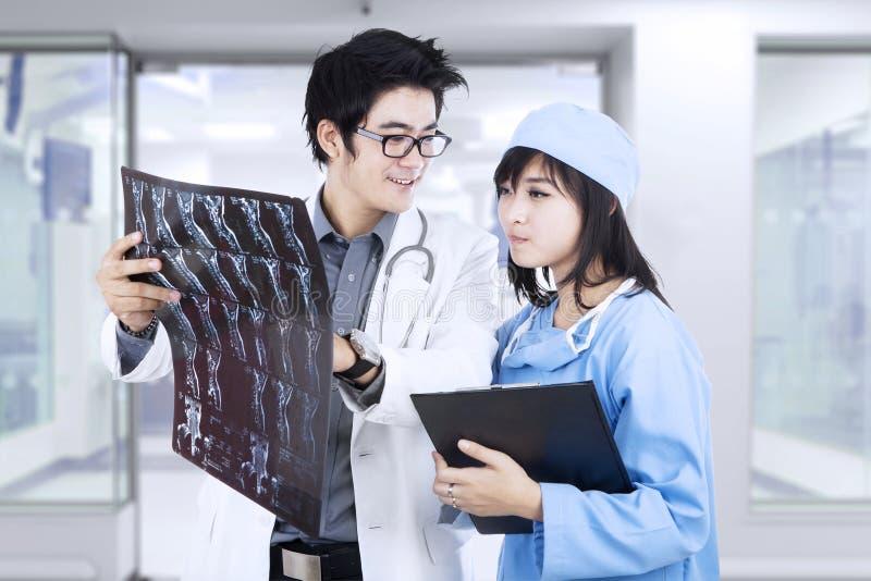 doktorer som ser strålen x royaltyfria foton
