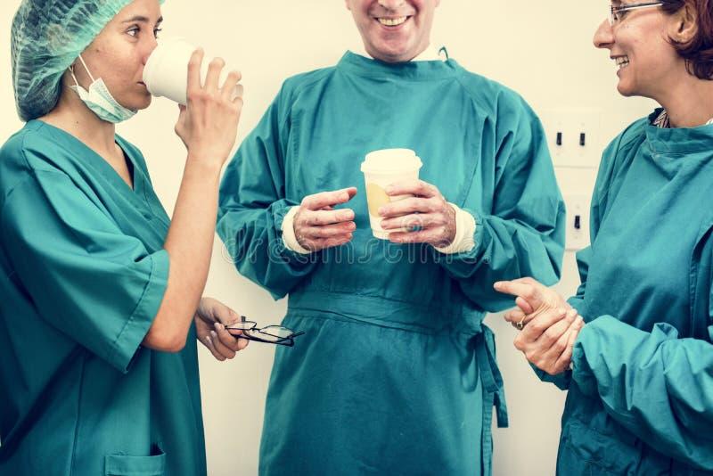 Doktorer som talar under avbrottstid royaltyfri bild