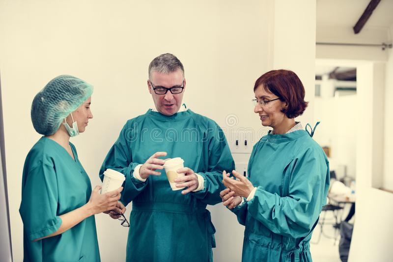 Doktorer som tillsammans talar under avbrottstid royaltyfria foton