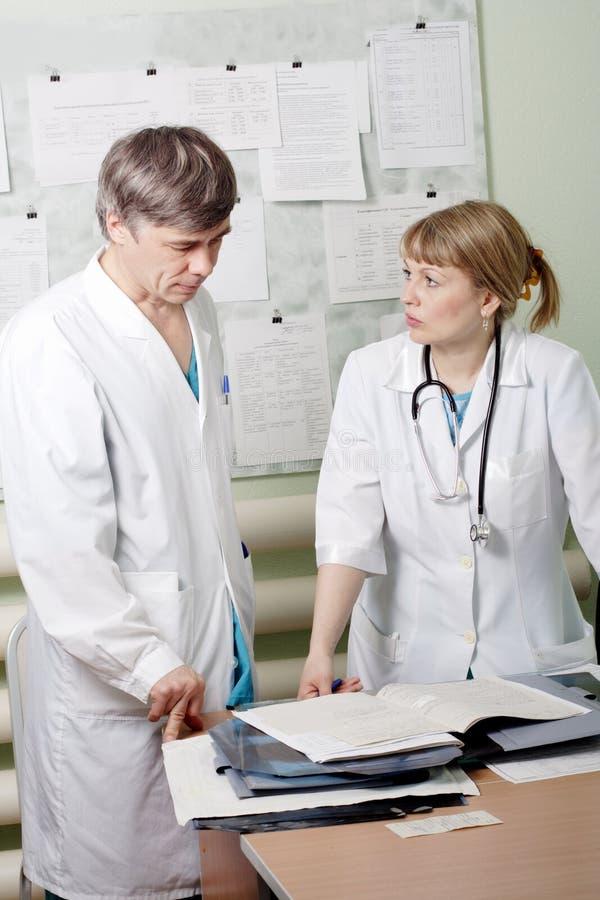 doktorer talar royaltyfri fotografi