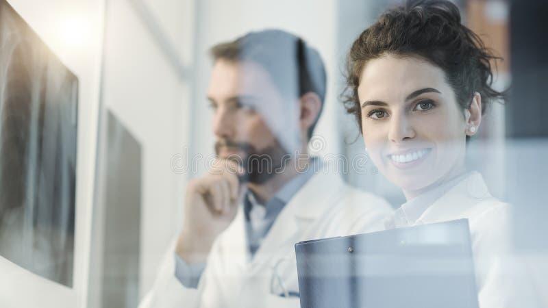 Doktorer team unders?ka en t?lmodig r?ntgenstr?le f?r ` s royaltyfria bilder