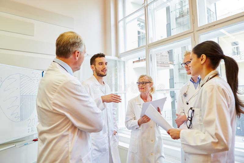 Doktorer under medicinsk utbildning royaltyfri fotografi