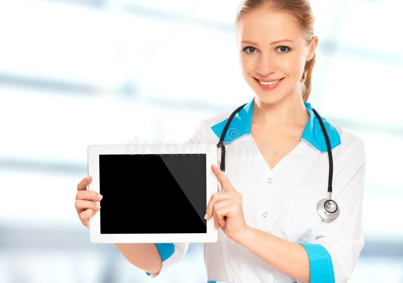 Doktorfrau, die einen leeren weißen Tablet-Computer hält lizenzfreies stockfoto