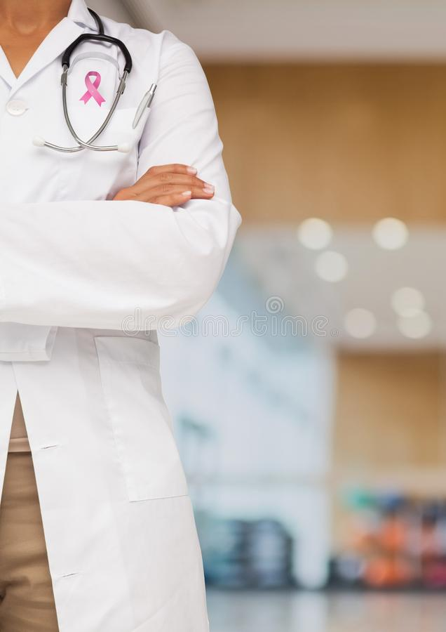 Doktorfrau mit Brustkrebs-Bewusstseinsband lizenzfreies stockfoto