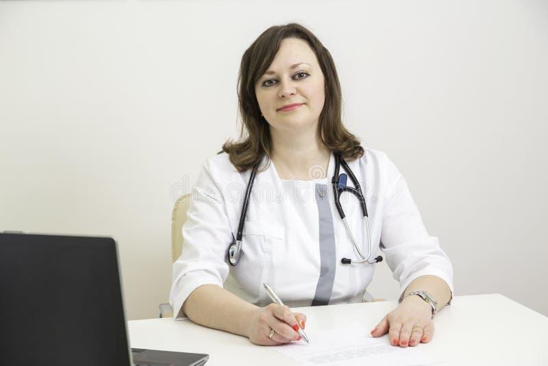 Doktorfrau am Tisch lizenzfreies stockfoto