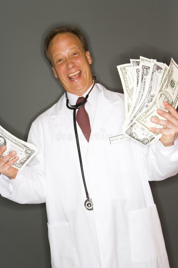 Doktorholdingbargeld lizenzfreies stockfoto