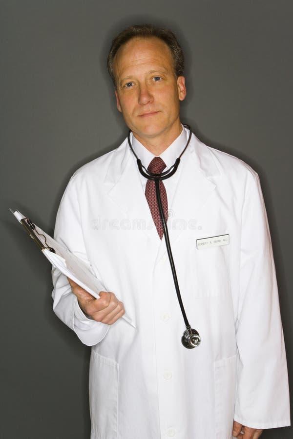 Doktorholdingklemmbrett lizenzfreies stockfoto
