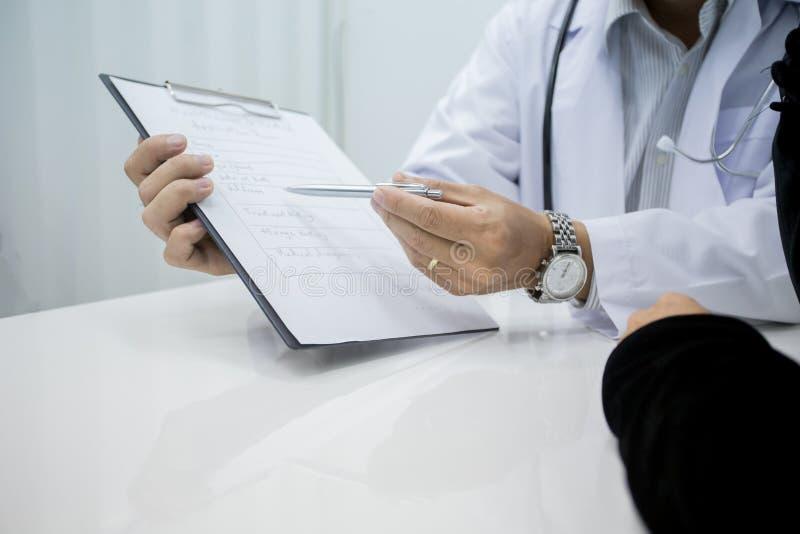 Doktorinformationen und Fragen der Krankheit stellen lizenzfreies stockfoto
