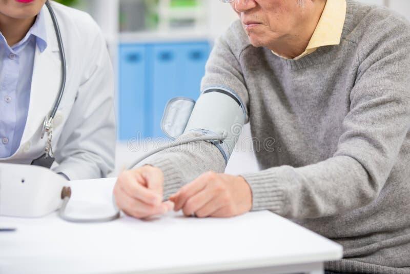 Doktormaß-Blutdruck lizenzfreie stockfotos
