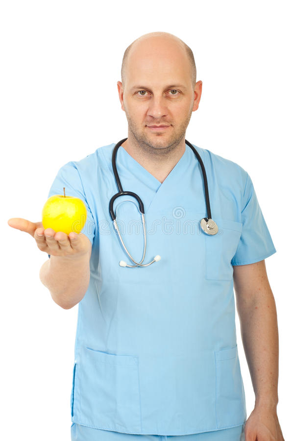 Doktormann, der gelben Apfel gibt stockbild
