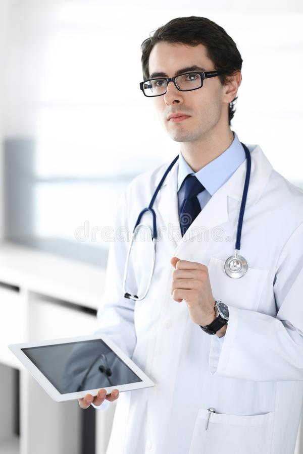 Doktormann unter Verwendung des Tablet-Computers f?r Netzforschung oder virtuelle Krankheitsbehandlung Perfekte ?rztliche Bem?hun stockbilder