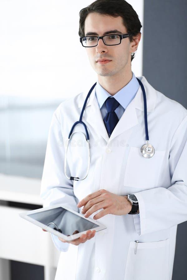 Doktormann unter Verwendung des Tablet-Computers f?r Netzforschung oder virtuelle Krankheitsbehandlung Perfekte ?rztliche Bem?hun stockfotos