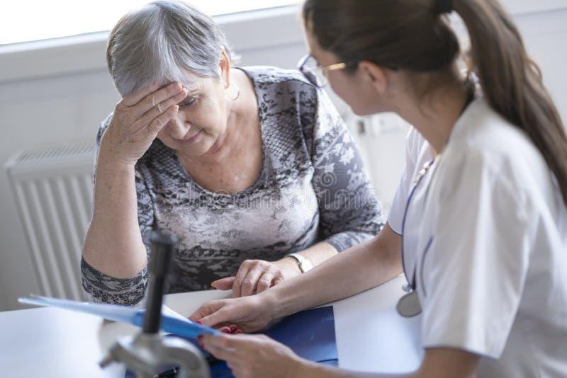 Doktorn är med patienten och att ge en hjälpande hand royaltyfri foto