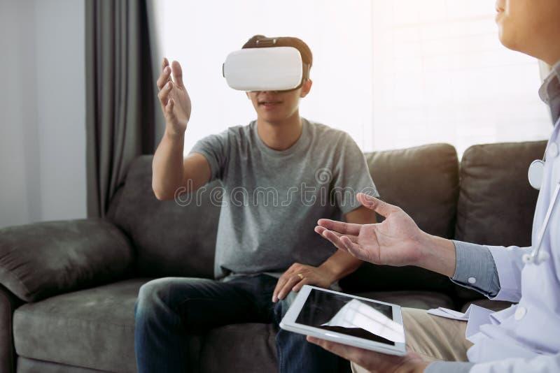 Doktorn använder minnestavlan för att överföra datan till virtuell verklighetexponeringsglasen som visar den vård- diagnosen, som royaltyfri foto