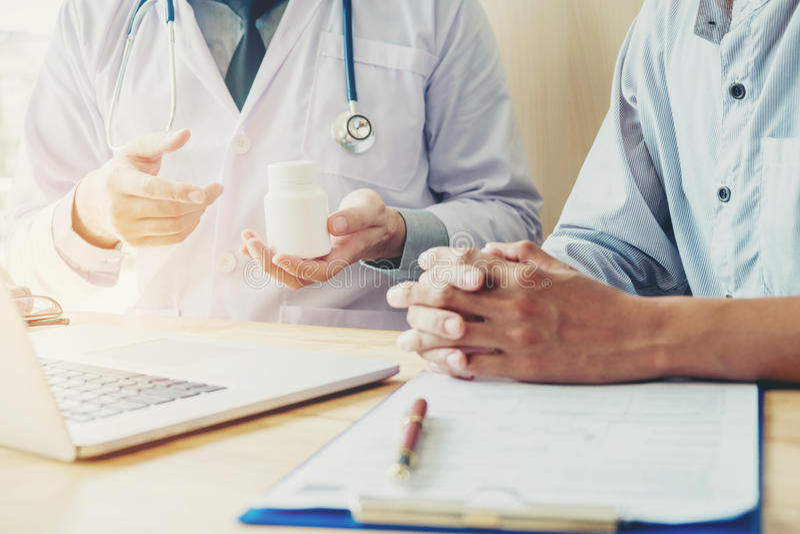 Doktorn eller läkaren rekommenderar det medicinska receptet för preventivpillerar till mal royaltyfria bilder