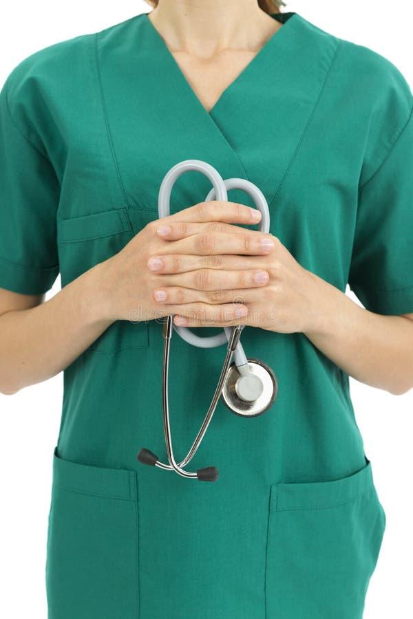 Doktorn i gräsplan skurar den hållande stetoskopet royaltyfri fotografi