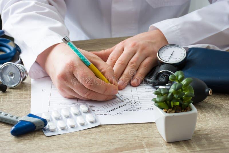 Doktorn i sjukhuskontor ordinerar receptläkarbehandlingen till patienten som kom till tidsbeställningen Kontroll och övervakning  royaltyfria foton