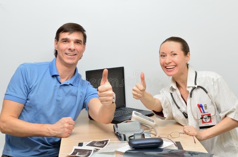 Doktorn och patienten är lycklig lyckad behandling det sjukt arkivfoton
