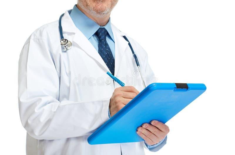 Doktorn räcker handstil på skrivplattan arkivfoton